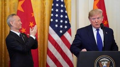 Liu He aplaude al presidente Donald Trump mientras habla  (REUTERS/Kevin Lamarque)
