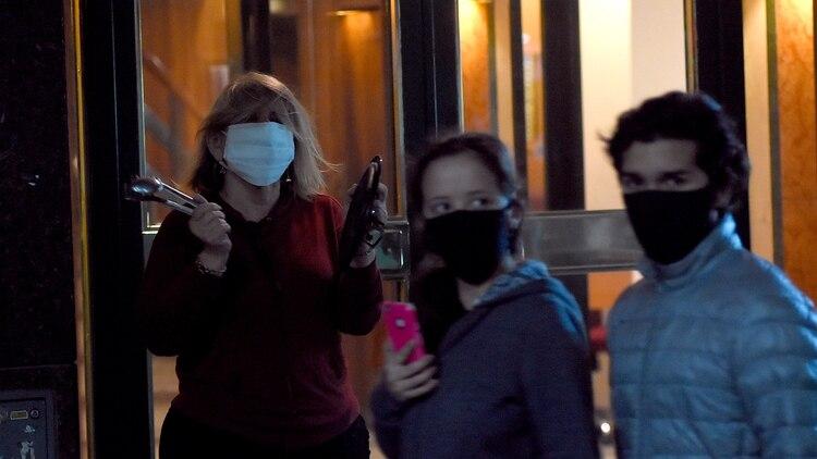 Una mujer en la puerta del edificio con la tapa de una cacerola (Foto: Nicolás Stulberg)