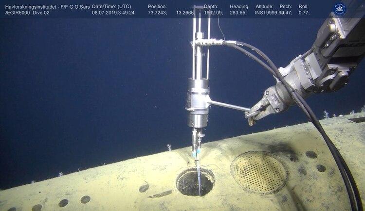 Un vehículo submarino no tripulado toma las muestras del submarino (Reuters)