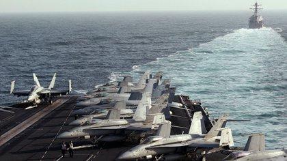 Barcos estadounidenses en el estrecho de Ormuz (Reuters)