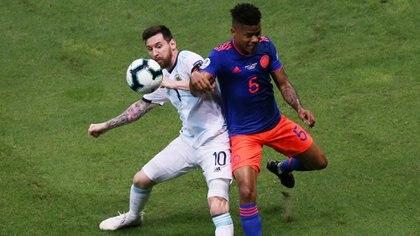 Wilmar Barrios le ganó el duelo individual a Messi (Reuters)