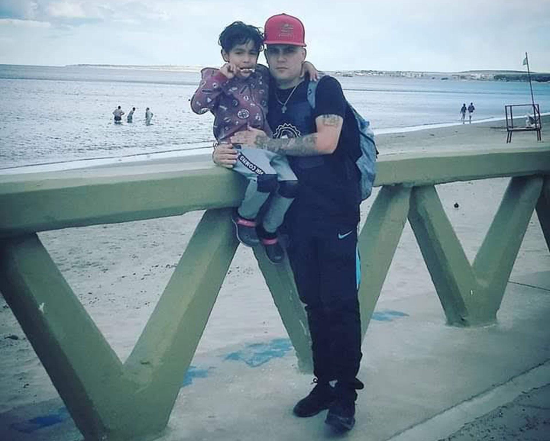 Nacho con su hijo Ian, en Puerto Madryn en una visita a su mamá