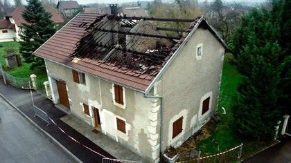 La foto fue tomada el 12 de enero de 1993 y muestra la casa incendiada donde vivía la familia. Jean Claude Romand derramó combustible para quemarla. Pero se salvó y tuvo que responder por sus atroces crímenes (AFP)
