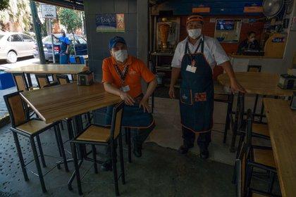 Restaurantes se observan semi vacíos por la contingencia sanitaria y sólo dan servicio para llevar (Foto: MOISÉS PABLO/Cuartoscuro)
