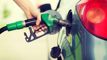 Llenar un tanque de nafta cuesta 60% más que hace un año: cuántos se pueden pagar con un salario mínimo