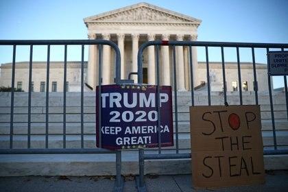 """""""Deja de robar"""", se lee en los carteles de seguidores del actual presidente, Donald Trump, apoyando sus afirmaciones de Signos de fraude.  REUTERS / Hannah McKay"""