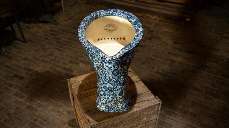 Majestuoso inodoro de Urquiza, porcelana inglesa –Jennings, Palacio San José.Gentileza de Pulpería Quilapán. Defensa 1344