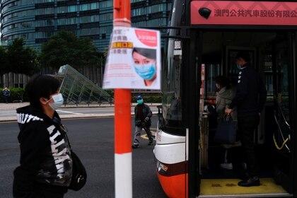 Una persona en una parada de colectivo en Macau, China. REUTERS/Tyrone Siu