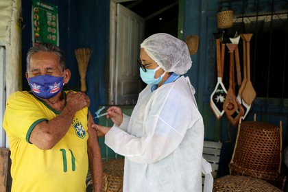 Algunos expertos opinan que retrasar la segunda dosis podría generar variantes de coronavirus más resistentes - REUTERS/Bruno Kelly