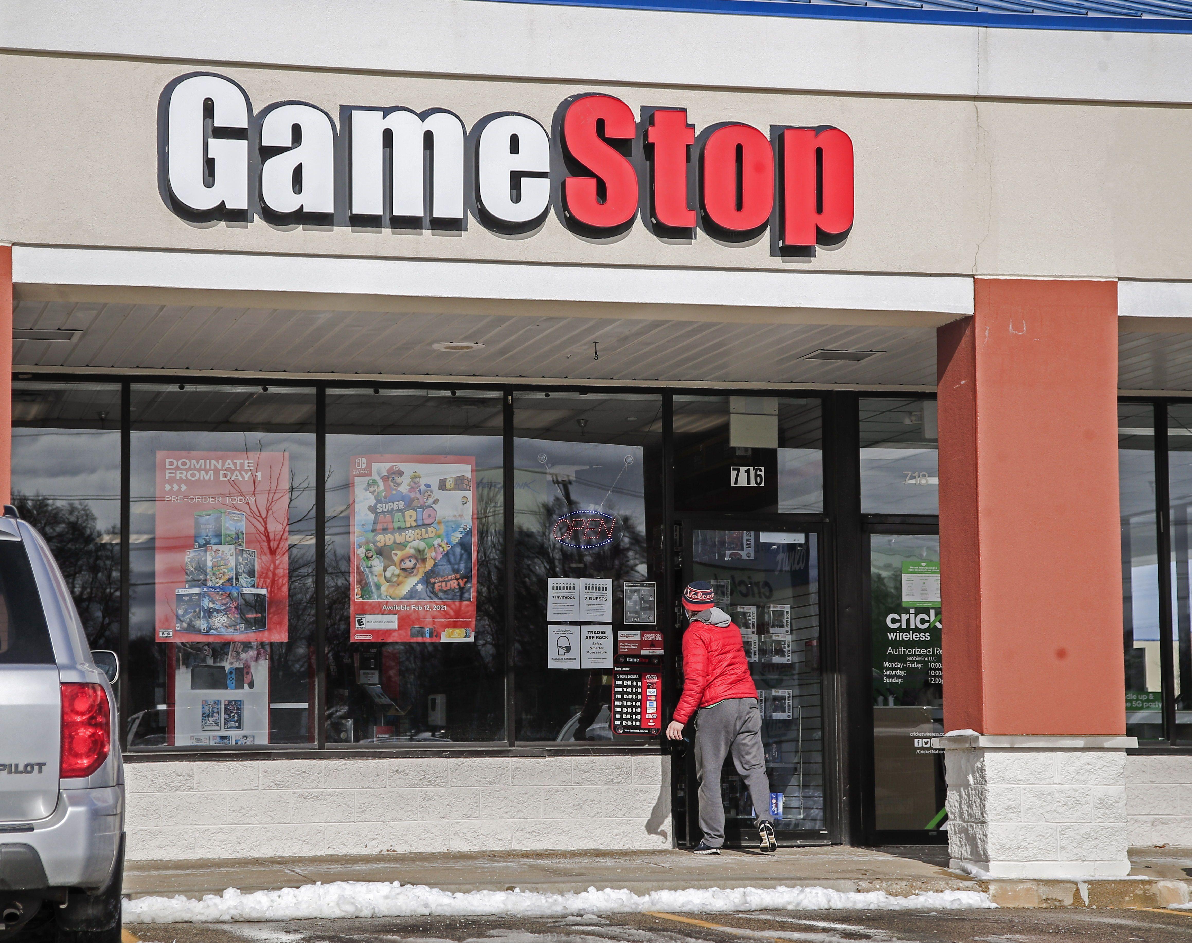 Un cliente entra a una tienda de GameStop en Round Lake Beach, Illinois (EE.UU.), este 27 de enero de 2021. EFE/Tannen Maury
