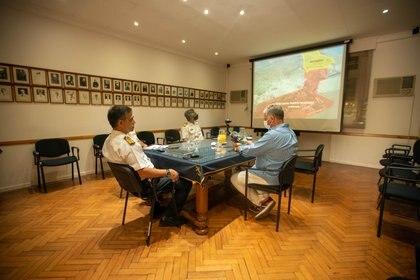 Infobae en la sede de la Jefatura de Base. El CN Laborda Molteni explica como se organiza el funcionamiento armónico de las instalaciones