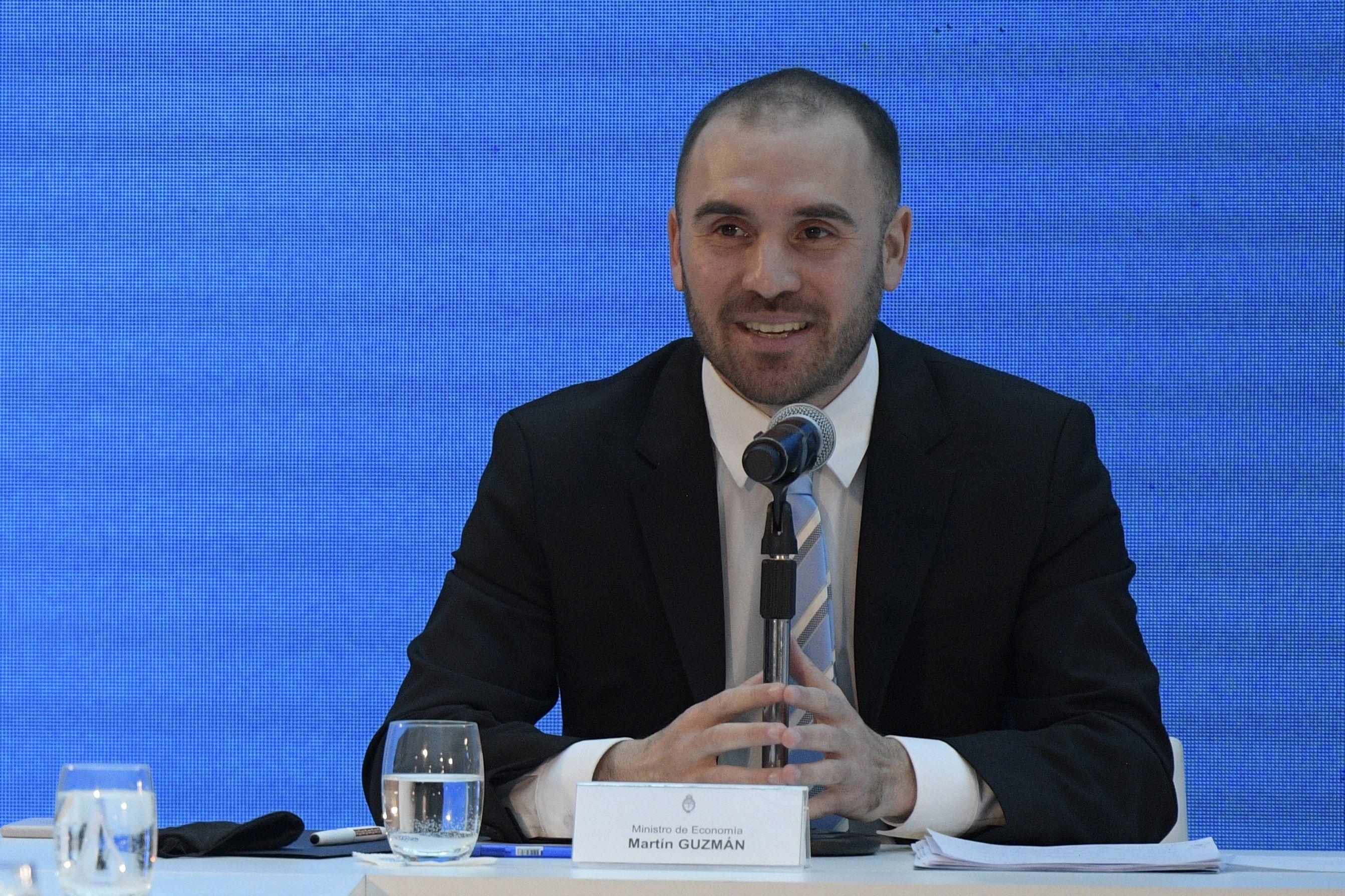 El ministro de Economía de Argentina, Martín Guzmán, pronuncia un discurso durante una ceremonia en la casa de gobierno de la Casa Rosada en Buenos Aires (Argentina)EFE/ Juan Mabromata/Pool