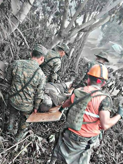 Soldados evacuan una víctima en El Rodeo, Guatemala(AFP/Ejército Nacional de Guatemala)
