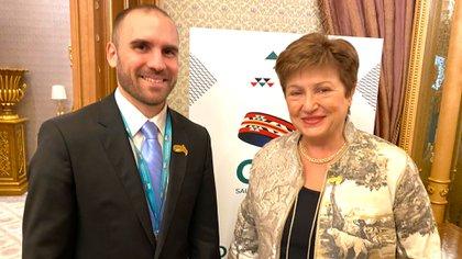 Guzmán y Georgieva sonríen en la reunión del G20 en Riad, Arabia, donde acordaron el envío de una misión de revisión del FMIJ