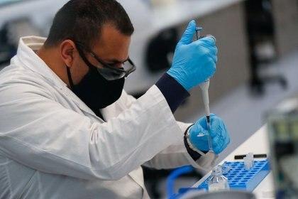 Por el momento, la vacuna está en la Fase 3 del camino a su aprobación, donde se harán pruebas en aproximadamente 50,000 personas (Foto: REUTERS/Agustin Marcarian)
