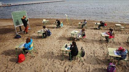 """Una escuela española cambió las aulas por clases en la playa: """"Es seguro y lo que aprenden aquí no lo olvidan"""""""