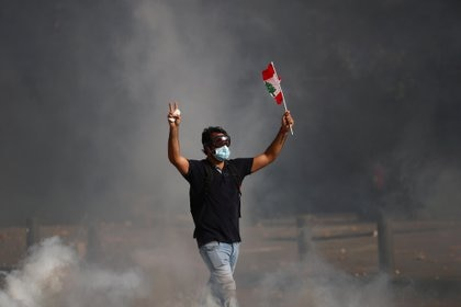 El contingente de fuerzas antidisturbios respondió con bombas lacrimógenas (REUTERS/Hannah McKay)