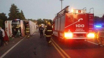 Los bomberos rescataron a las personas atrapadas dentro del ómnibus (Foto: @AlertasTransito)