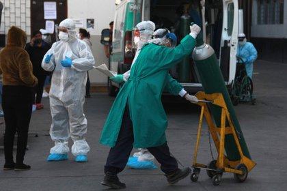 La falta de oxígeno y equipos es una de las causas de la alta mortalidad por coronavirus en Perú (EFE/Jorge Esquivel/Archivo)