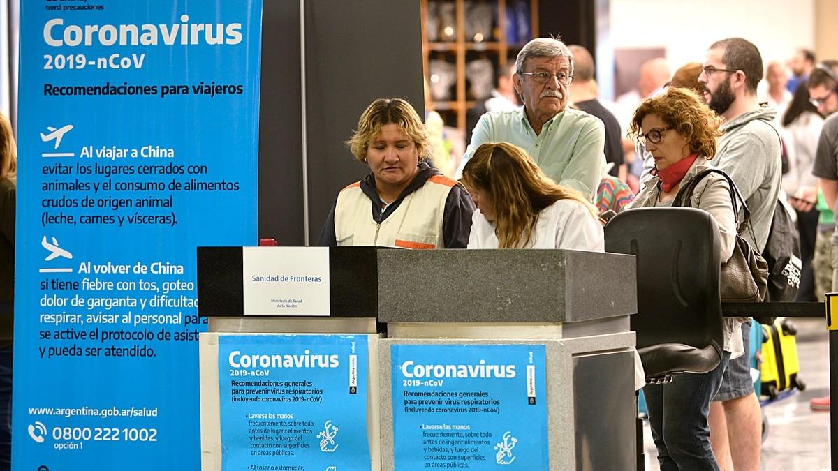 Coronavirus: comenzaron a aplicar el protocolo en los vuelos que llegan a Ezeiza desde Roma, pero no se les toma la fiebre a los pasajeros - Infobae