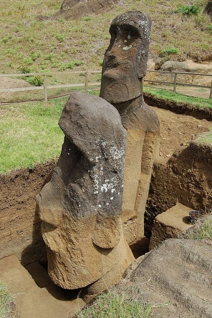 La dos estatuas que fueron excavadas para ser analizadas (UCLA)
