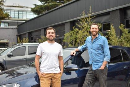 Jaime Macaya y Juan Cruz de la Rúa, co-fundadors de Checkars anunciaron su fusión con la firma mexicana Kavak. Foto: Carolina Lera