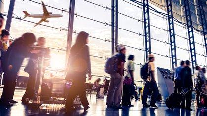 Los pasajeros comparten el aire reciclado durante un período (iStock)