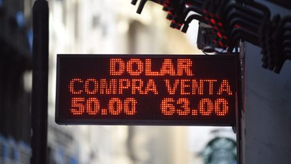 El dólar llegó a operarse por encima de los 60 pesos por la mañana. (Franco Fafasuli)