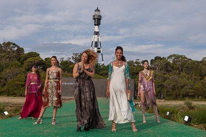 La diseñadora de Rosarito en punta de pasarela con las modelos cerrando su pasada