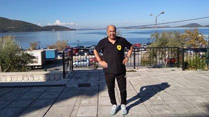 Vive en Parga Sivota, sobre el Mar Jónico, y dirige un equipo de la liga local