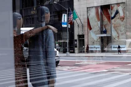Maniquíes dentro de una tienda en la 5ª Avenida, en Manhattan, el 11 de mayo de 2020. (REUTERS/Mike Segar/Archivo Foto)