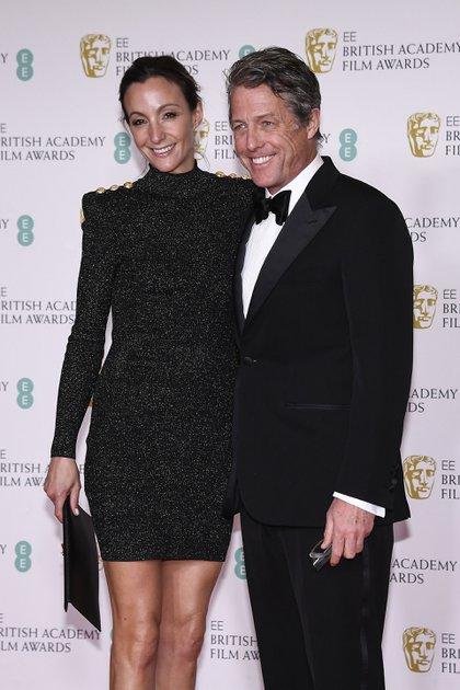Hugh Grant y su esposa Anna Eberstein posan para los fotógrafos en Londres