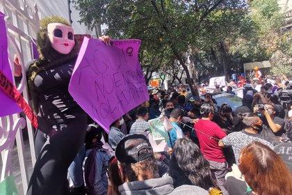Un grupo de mujeres se manifestaron afuera de la sede de Morena para acusar a Porfirio Muñoz Ledo de supuestamente haber acosado a mujeres menores de edad, el morenistas había anunciado que iba acudir a la sede del Morena para tomar protesta como dirigente del partido, esto en medio de la controversia de no haber un resultado claro entre los dos competidores: Porfirio Muñoz Ledo y Mario Delgado. FOTO: MOISÉS PABLO/CUARTOSCURO.COM