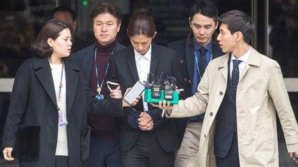 Jung Joon-young fue esposado y escoltado a una comisaría en Seúl (Foto: EFE)