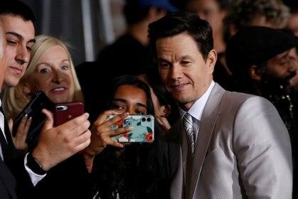 Rodeado de sus seguidores, Mark intenta olvidar que fue el quinto de los nueve hermanos Wahlberg que pasó una temporada en prisión (REUTERS/Mario Anzuoni)