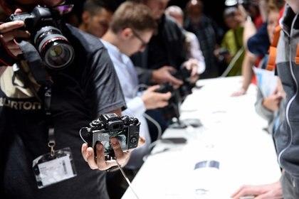 Pruena de cámaras en el stand de Canon (Reuters)