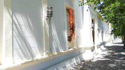 El fuego en el despacho del gobernador Arcioni.