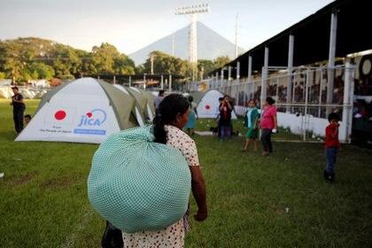 Pobladores con pocas pertenencias aguardaron su turno para subir a los vehículos y llegar a los refugios