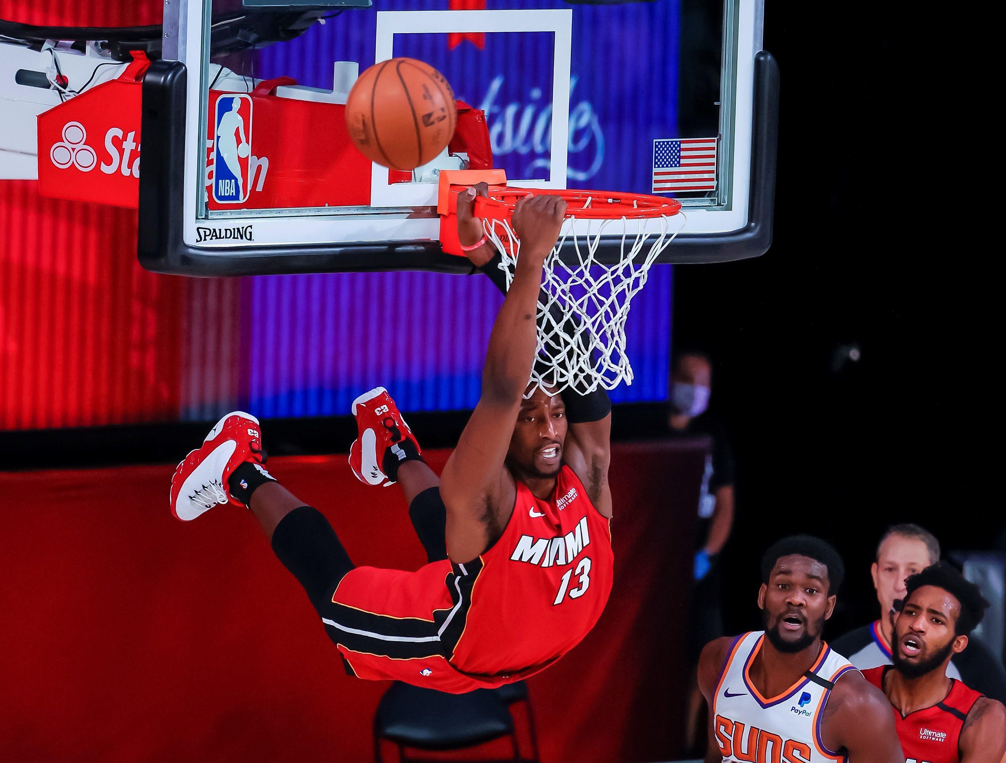 El alero de Miami Heat Bam Adebayo falla un intento de mate ante los Phoenix Suns hoy, durante la segunda mitad del juego de baloncesto de la NBA, entre los Phoenix Suns y los Miami Heat, en el ESPN Wide World of Sports Complex, en Kissimmee, Florida (EEUU). EFE/ Erik S. Lesser