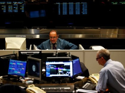 Los bonos en dólares aparecen como la segunda mejor inversión, mientras que las acciones se destacan en períodos muy puntuales (Reuters)