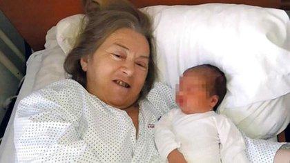 La serbia Atifa Ljajic junto a la recién nacida Alina