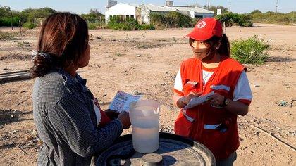 Los voluntarios de la Cruz Roja asesoran y enseñan a la comunidad local sobre el manejo del agua segura
