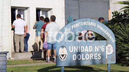 Visita: los familiares de los rugbiers ayer en el penal de Dolores con bolsas de mercadería. (Ezequiel Acuña)