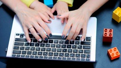"""""""La participación cada vez mayor de las mujeres en el mercado laboral, no siempre es acompañada por la responsabilización del hombre en las tareas del hogar"""" (Shutterstock)"""