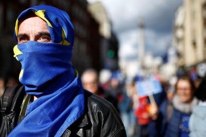 """Los manifestantes escucharán discursos de políticos y celebridades que apoyan el voto de """"confirmación"""", como se ha denominado a ese segundo posible plebiscito, mientras portan banderas proeuropeas y pancartas críticas con el primer ministro británico, Boris Johnson (REUTERS/Henry Nicholls)"""