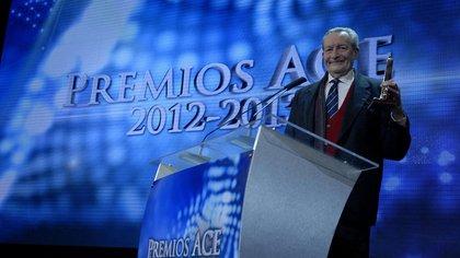 Agustín Alezzo recibiendo el ACE de Oro como director por la obra  Jettatore!, en 2013 (Foto: Verónica Guerman)