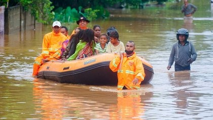 Trabajadores de rescate evacuan a personas en una zona afectada por las inundaciones tras las fuertes lluvias en Dili, Timor Oriental, 4 de abril de 2021. REUTERS/Lirio da Fonseca