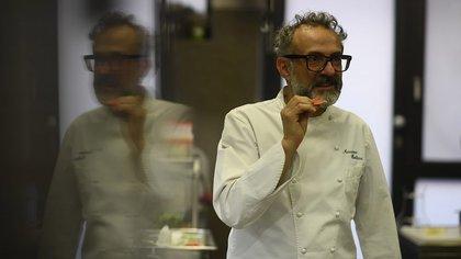 Massimo Bottura dio ideas sobre cómo distribuir la comida a quienes más la necesitan y el propósito de un espacio gastronómico en el siglo XXI