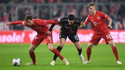 Joshua Kimmich y Leon Goretzka, jugadores del FC Bayern München, han lanzado una campaña solidaria llamada 'We kick Corona' para recaudar dinero (REUTERS)