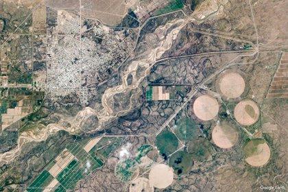 La ciudad está comunicada con el resto del país mediante la ruta nacional 22; también, las rutas provinciales 6 y 65, que la unen con la provincia de La Pampa y la Línea Sur, y con otras ciudades del Alto Valle, respectivamente